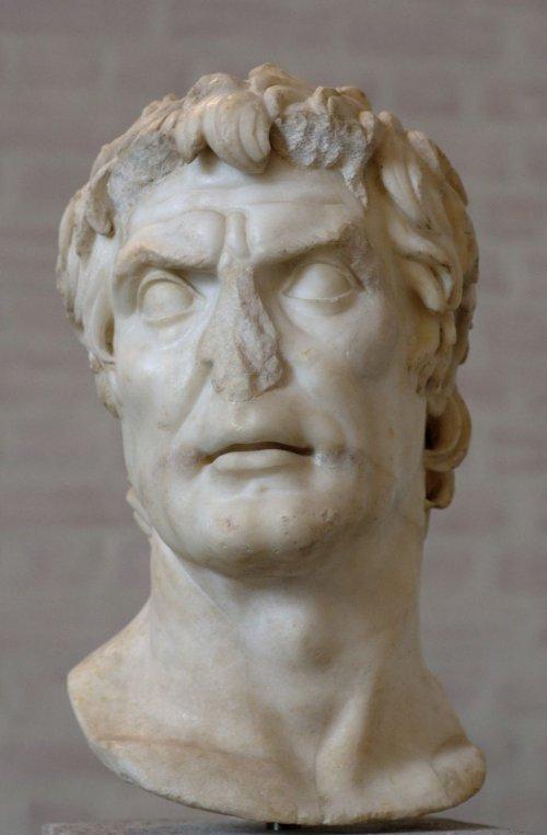 Alguns estudiosos acreditam que esse busto seja um retrato do ditador romano Sulla. Museu Glyptothek em Munique.