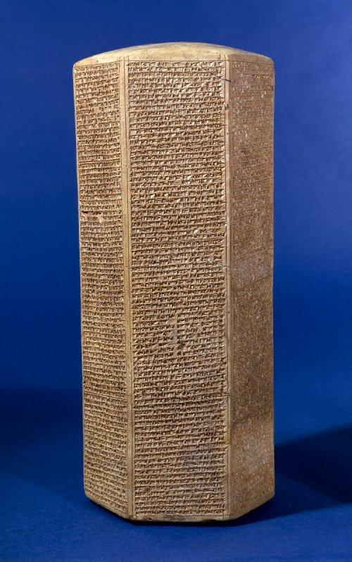 Na antiga Mesopotâmia muitos textos também eram escritos em prismas de pedra como esse exemplo, conhecido como Prisma de Senaqueribe. 691 a.C. Museu Britânico. N° 91032