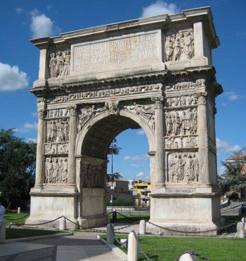 Arco de Trajano. Construído em 114-117 d.C. - 15,6 metros de altura