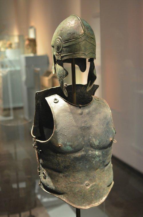 Couraça e elmo gregos encontrados no sul da Itália, 340-330 a.C. Museu Nacional de Leiden, Holanda. Via Wikimedia Commons.
