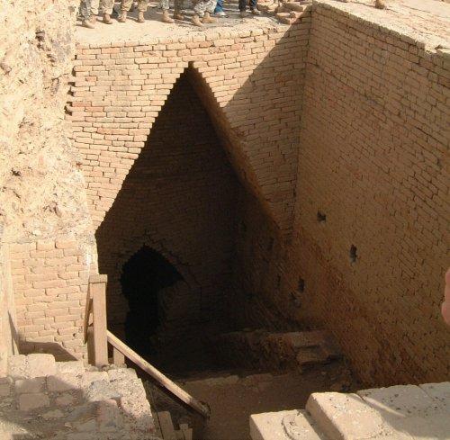 Esses arcos presentes nas tumbas reais de Ur, na Mesopotâmia, foram construídos por volta de 2500 a.C. e são uma boa amostra da limitações que o arco possuía antes das invenção do arco verdadeiro.