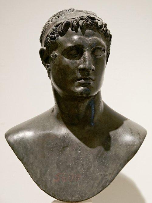 Busto de monarca ptolomaico, provavelmente Ptolomeu II Filadelfo. Museu Arqueológico de Nápoles. Via Wikimedia Commons.