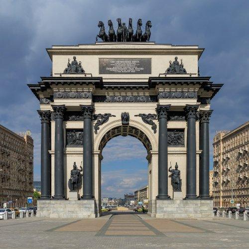 O arco de Moscou foi construído em 1829-1834 para comemorar a vitória russa sobre Napoleão, e substituiu uma estrutura anterior de madeira construída pelos veteranos da guerra em 1814. O arco foi desmontado durante o governo Stálin, mas reconstruído na década de 1960.