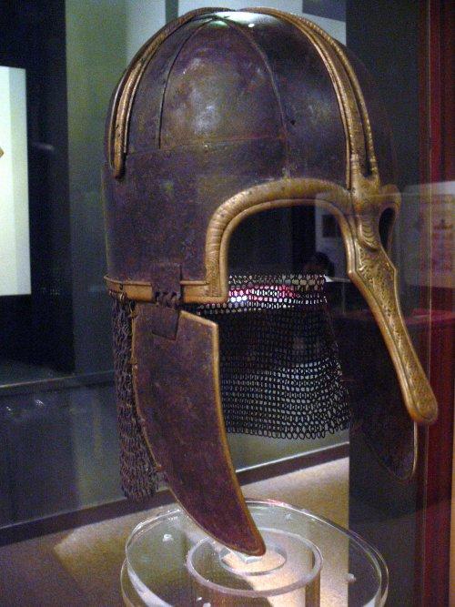 Elmo anglo-saxão Coppergate do século 8 encontrado em York, Inglaterra. Museu de Yorkshire. Via Wikimedia Commons.