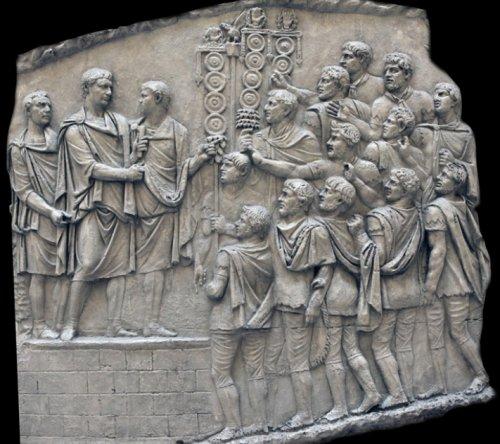 Discurso final de Trajano para as tropas após a vitória na Primeira Guerra Dácia. (LVI/LXXVII - Cena 77)