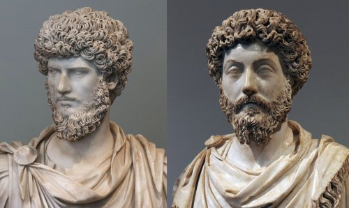 Busto de Lúcio Vero (a esquerda) e Marco Aurélio (a direita). MET e Museu do Louvre. Via Wikimedia Commons.