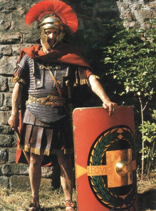 Centurião romano segundo recriação do livro The Roman Legions recreated in colour photographs, de Daniel Peterson.