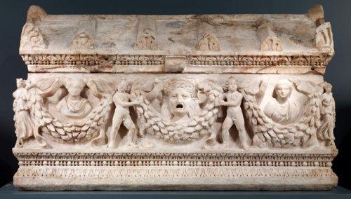 Sarcófago feito com mármore da Docimia e exibindo padrões de guirlandas. Cerca de 150-180 d.C. The Walters Art Museum, Baltimore