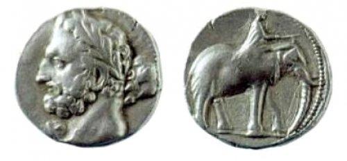 Moeda cartaginesa datada de 237-227. Um lado mostra o deus Melcarte, com a aparência facial do general Hamílcar Barca, o outro lado mostra um elefante montado por um homem. Via Wikimedia Commons.