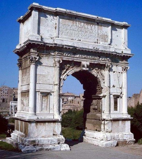 Arco de Tito. Construído em 81 d.C. - 15 metros de altura