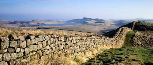 Ruínas da Muralha de Adriano no norte da Inglaterra.
