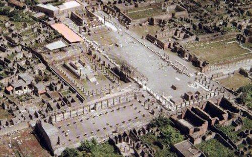 O fórum de Pompéia visto de cima.