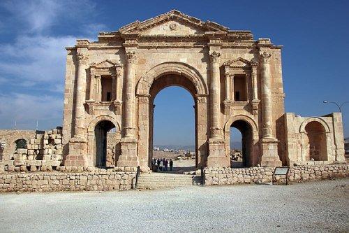 Arco de Adriano na Jordânia. Construído em 129-130 d.C. - 21 metros de altura