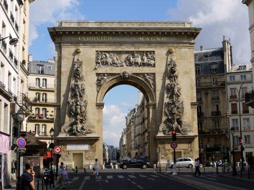 A Porte Saint-Denis é um arco do triunfo construído pelo rei francês Luis XIV, o rei Sol, para comemorar suas vitórias no Reno e no Franco-Condado. foi construído em 1672 e tem 24 metros de altura.