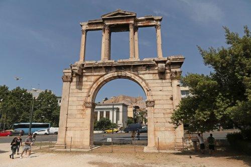 Arco de Adriano em Atenas. Construído em 131 d.C. - 18 metros de altura