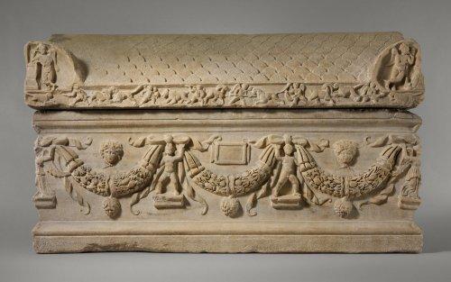 Sarcófago com guirlandas. A traseira e a frente desse sarcófago estão inacabadas, e o espaço para inscrição está em branco, o que pode significar que nunca foi usado na antiguidade. 200-225 d.C. MET. N° 70.1