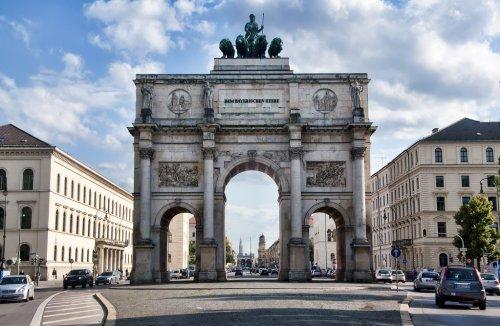 O Siegestor é um arco do triunfo em Munique na Alemanha. Foi construído em 1852 pelo rei Ludwig I da Bavária, em homenagem ao exército bavário e tem 21 metros de altura.
