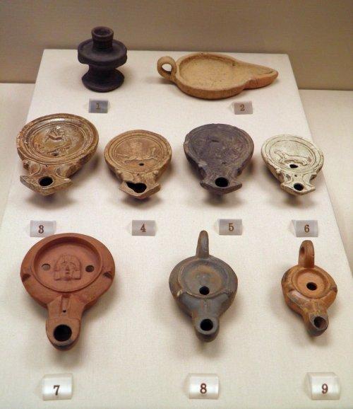 Modelos de lâmpadas à óleo em exposição no Museu Britânico.