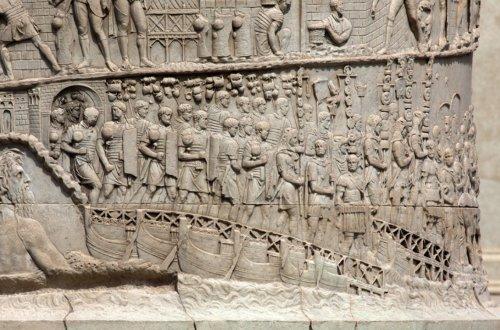 Essa imagem da coluna mostra o exército de Trajano cruzando o Danúbio sobre uma ponte temporária feita com barcos. Na lateral esquerda aparece a personificação divina do rio, e no resto da imagem é possível observar claramente os detalhes dos equipamentos do exército, que também são mostrados com precisão em outros pontos da coluna (Cena 4-5)