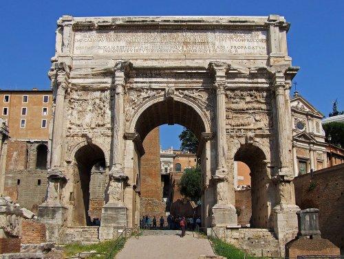 Arco de Sétimo Severo em Roma. Construído em 203 d.C. - 20,8 metros de altura