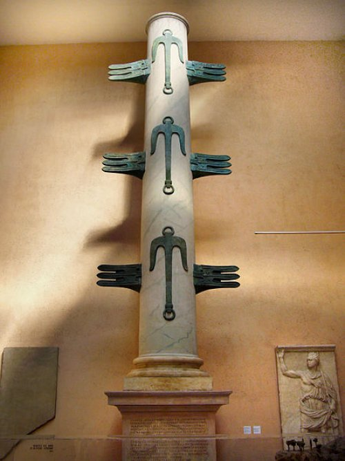 Essa reconstituição mostra a possível aparência da Coluna Rostrata. Museu da Civilização Romana.