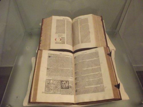 Livros medievais em exposição no Museu de Londres.