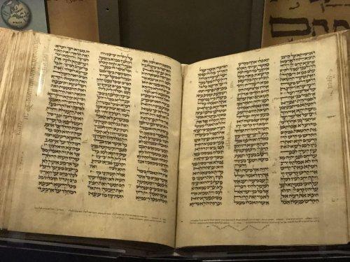 Bíblia pequena parisiense do século 13 .