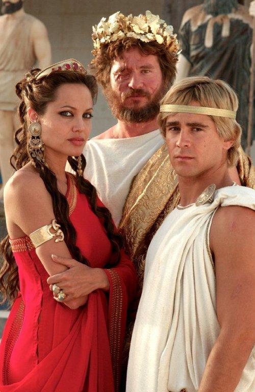 Olimpia (mãe de Alexandre), Filipe II (pai de Alexandre) e Alexandre, retratado aqui com 20 anos de idade.