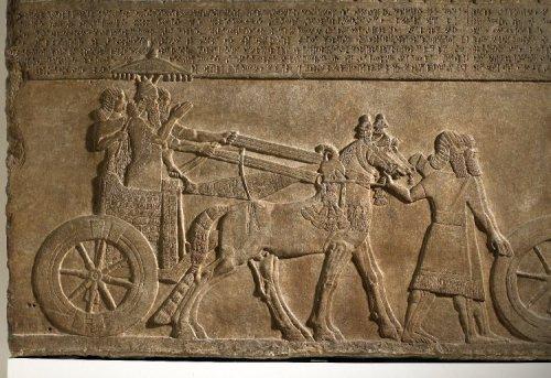 Relevo do palácio sudoeste de Kalhu (Nimrud) mostra Tiglath-Pileser III em sua carruagem de guerra