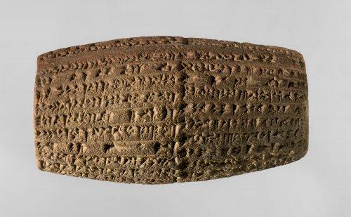 Cilindro em cuneiforme com inscrições do rei Nabucodonosor II descrevendo a reconstrução da muralha externa da cidade da Babilônia. Cerca de 604-562 a.C.