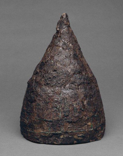 Elmo de ferro assírio