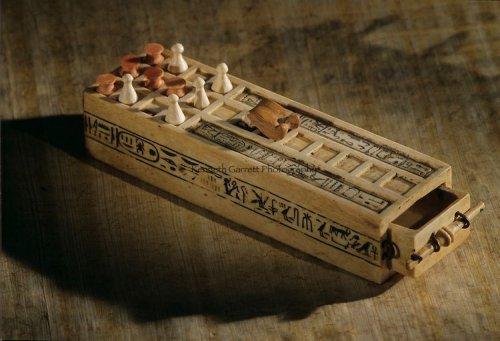 Jogos dos 20 Quadrados encontrado na Tumba do Faraó Tutancâmon (r. 1336–1327 a.C.)