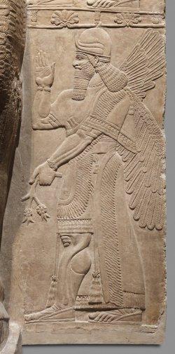 Relevo em gesso de alabastro representando uma figura sobrenatural protetora