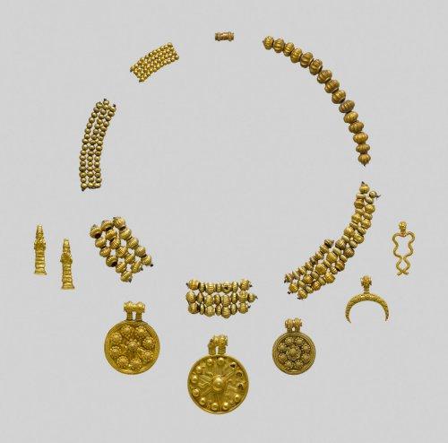Colar pingente e miçangas em ouro