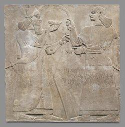 Esse relevo representa um rei, provavelmente o próprio Ashurnasirpal, e um auxiliar