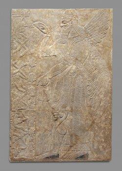 Relevo em gesso de alabastro representando uma figura sobrenatural com asas